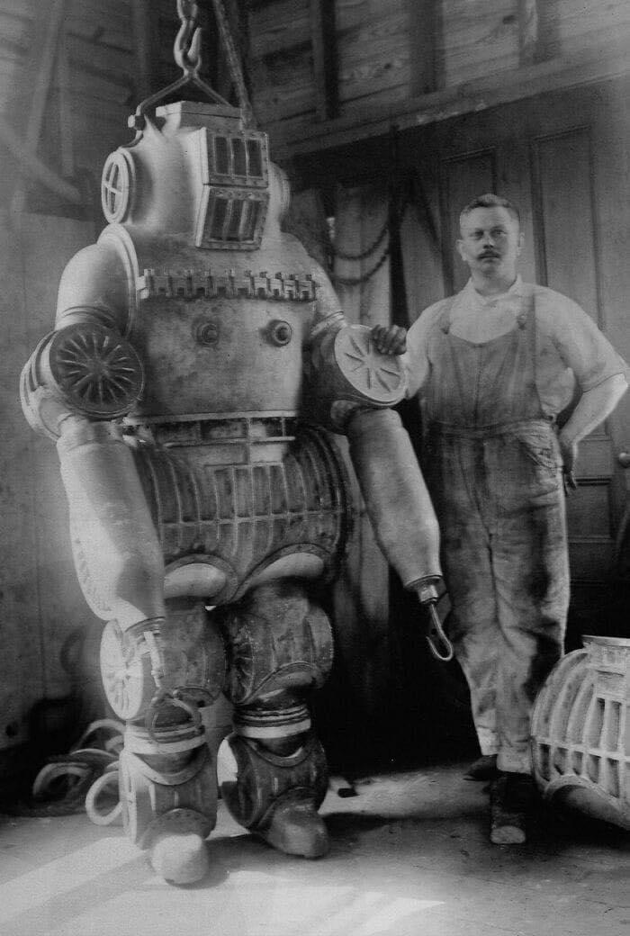 بدلة غطس Chester Mcduffee من سنة ١٩١١ .. مصنوعة من سبائك الألومنيوم يبلغ وزنها 200 كجم ..