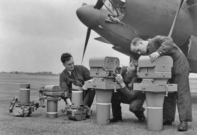 بعض الكاميرات التي تم استخدامها في تصوير الحرب العالمية الثانية 📸! أغلبهم من صناعة شركة كوداك وأرقام الموديلات K17, K18, K19