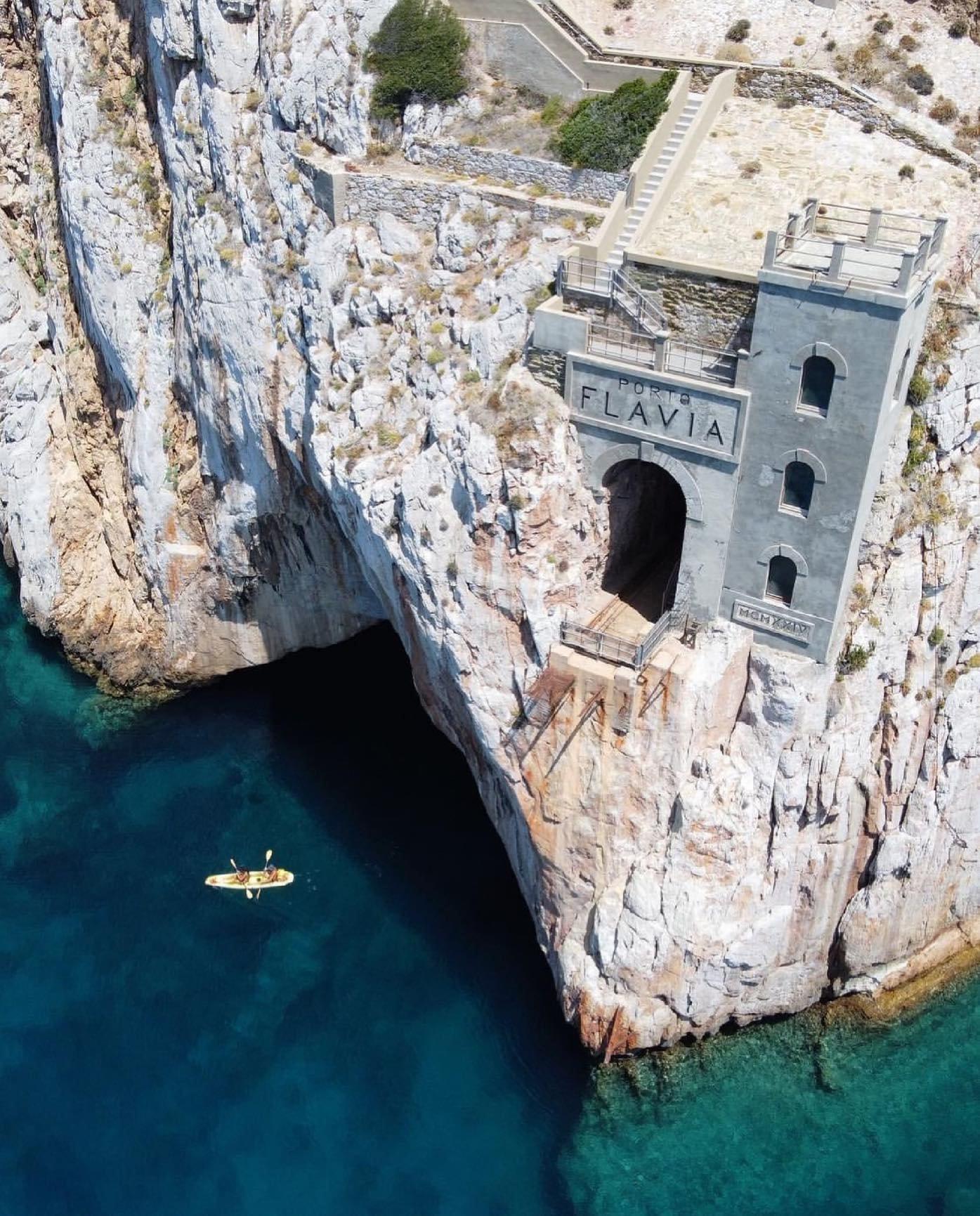 ميناء بورتو فلافيا المعلق في صدر الجبل كانت تشحن منه الموارد المستخرجة من مناجم جزيرة سردينيا، إيطاليا 🇮🇹 .